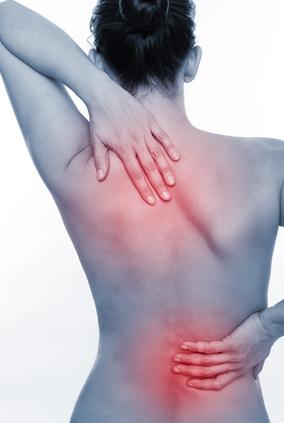Der Schmerz unter dem Rand von des Rückens